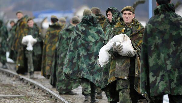 Pipadnici vojske Srbije koji učestvuju u odbrani od poplava u Lučanima - Sputnik Srbija