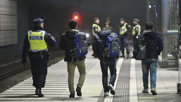 Policajac zaustavlja migrante u Švedskoj - Sputnik Srbija