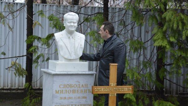 Александар Вулин на гробу Слободана Милошевића - Sputnik Србија