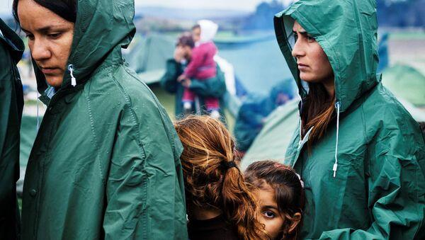 Migranti u redu za hranu u improvizovanom prihvatnom centru na grčko-makedonskoj granici, u blizini sela Idomeni - Sputnik Srbija