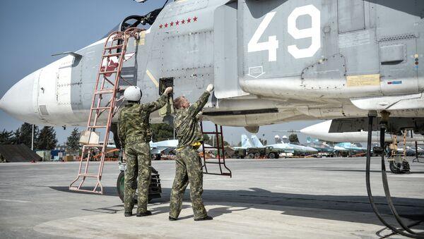 Ruski piloti u avio-bazi Hmejmim u Siriji Su-24 - Sputnik Srbija