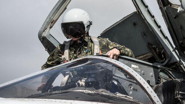Pilot u avionu suhoj Su-24 u ruskoj avio-bazi Hmejmim u Siriji - Sputnik Srbija