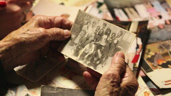 Pobeda života nad smrću - Cvijeta Babić ekipi filma pokazuje fotografiju svoje porodice - Sputnik Srbija