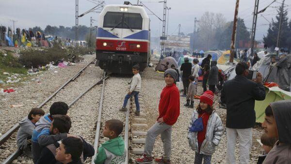 Migranti blokiraju prugu na  grčko-makedonskoj granici, u blizini sela Idomeni, Grčka 12. mart - Sputnik Srbija