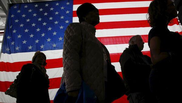 Ljudi šetaju pored zastave SAD - Sputnik Srbija