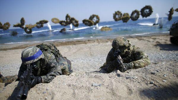 Vojnici Južne Koreje (sa plavim trakama) i američki marinci tokom zajedničke vojne vežbe SAD i Južne Koreje - Sputnik Srbija
