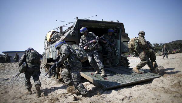 Војници Јужне Кореје (са плавим тракама) и амерички маринци током заједничке војне вежбе САД и Јужне Кореје - Sputnik Србија