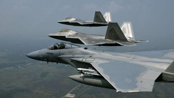 """Авиони Ф-22 """"раптор"""" у формацији са авионом Ф-15 """"игл"""" - Sputnik Србија"""