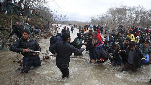 Migranti prelaze preko reke blizu grčko-makedonske granice blizu mesta Idomeni, Grčka. 14 . mart 2016. godine - Sputnik Srbija