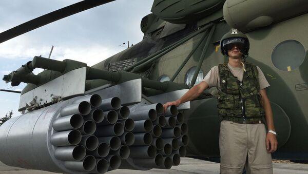 Пилот руског транспортно-борбеног хеликоптера Ми-8АМШТ у авио-бази Хмејмим у Сирији - Sputnik Србија