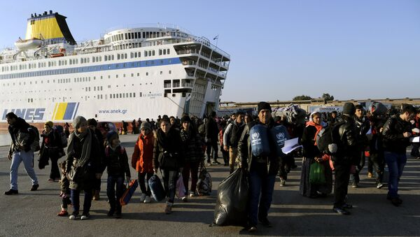 Refugees and migrants walk after disembarking from the passenger ferry Eleftherios Venizelos from the island of Lesbos at the port of Piraeus, near Athens, Greece, December 26, 2015 - Sputnik Србија