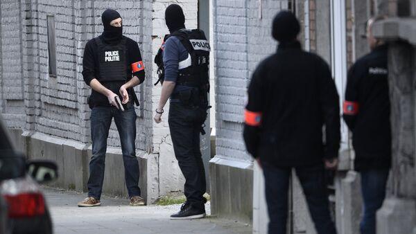 Policajci zauzimaju poziciju na mestu pucnjave - Sputnik Srbija
