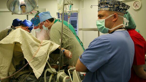 Руски онколози током једне од операција - Sputnik Србија