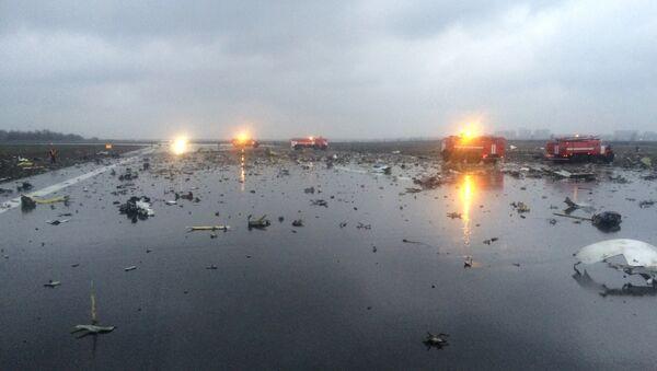 Ruska vatrogasna vozila među ostacima srušenog aviona u Rostovu na Donu - Sputnik Srbija