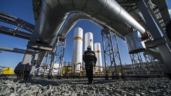 Radnik RN-Purneftgaza, ćerke firme Gasproma kod kompresorske stanice na gasnom polju Karampur u autonomnoj oblasti Jamal Nenec - Sputnik Srbija