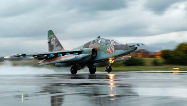 Ruski lovac-bombarder Su-25 napušta avio-bazu Hmejmim u Siriji - Sputnik Srbija