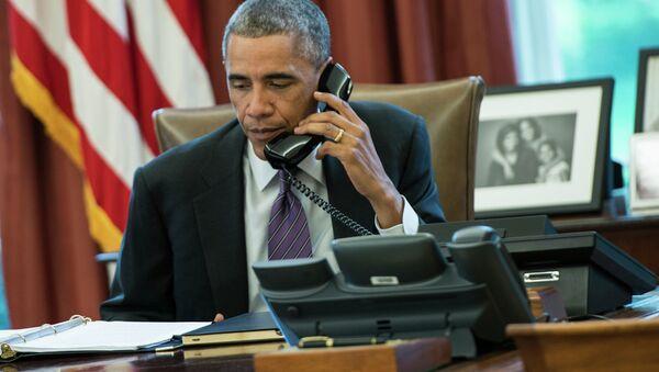 Председник САД Барак Обама разговара телефоном у Овалном кабинету у Белој кући - Sputnik Србија