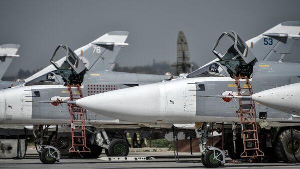 Ruski taktički bombarder Su-24 u bazi Hmejmim u provinciji Latakija u Siriji. - Sputnik Srbija
