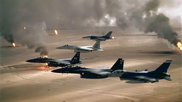Амерички ловци (Ф-16, Ф-15ц и Ф-15е) лете изнад нафтних пожара у Кувајту, током операције Пустињска олуја 1991 године - Sputnik Србија