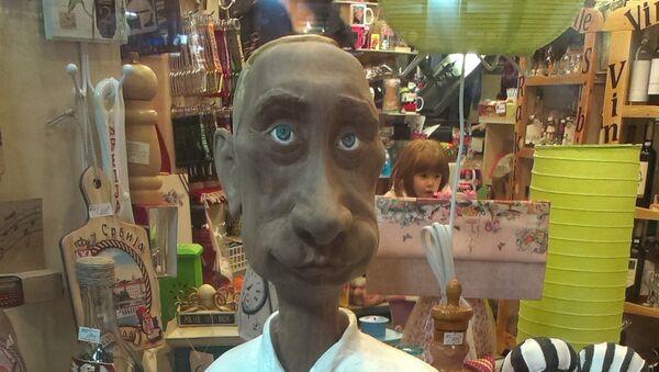 Фигура руског председника Владимира Путина у једног београдској радњи за сувенире - Sputnik Србија