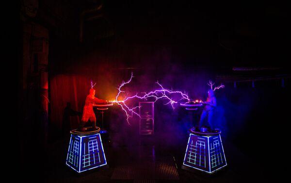"""Umetnici u svom nastupu koriste visokofrekventne transformatore Tesla, oko kojih se javljaju """"ukroćene""""  munje dužine 5 metara, napona 2 megavolta. - Sputnik Srbija"""