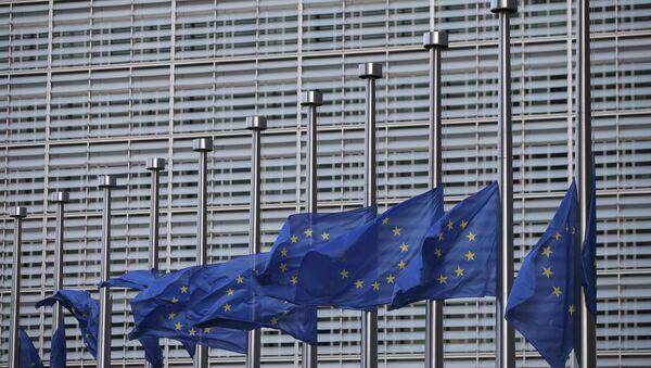 Zastave EU na pola koplja ispred sedišta EU Briselu posle terorističkih napada. - Sputnik Srbija