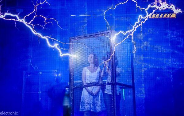 Posetioci će moći da osete kako je to biti u kavezu, ali ne sa tigrovima, već u Faradejevom kavezu sa munjama. - Sputnik Srbija