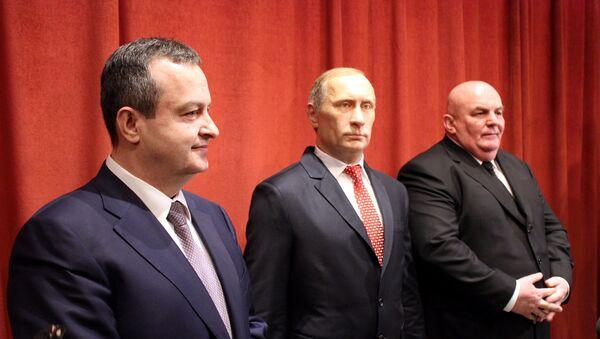 Ivica Dačić i Dragan Marković Palma sa voštanom figurom Vladimira Putina u muzeju u Jagodini - Sputnik Srbija