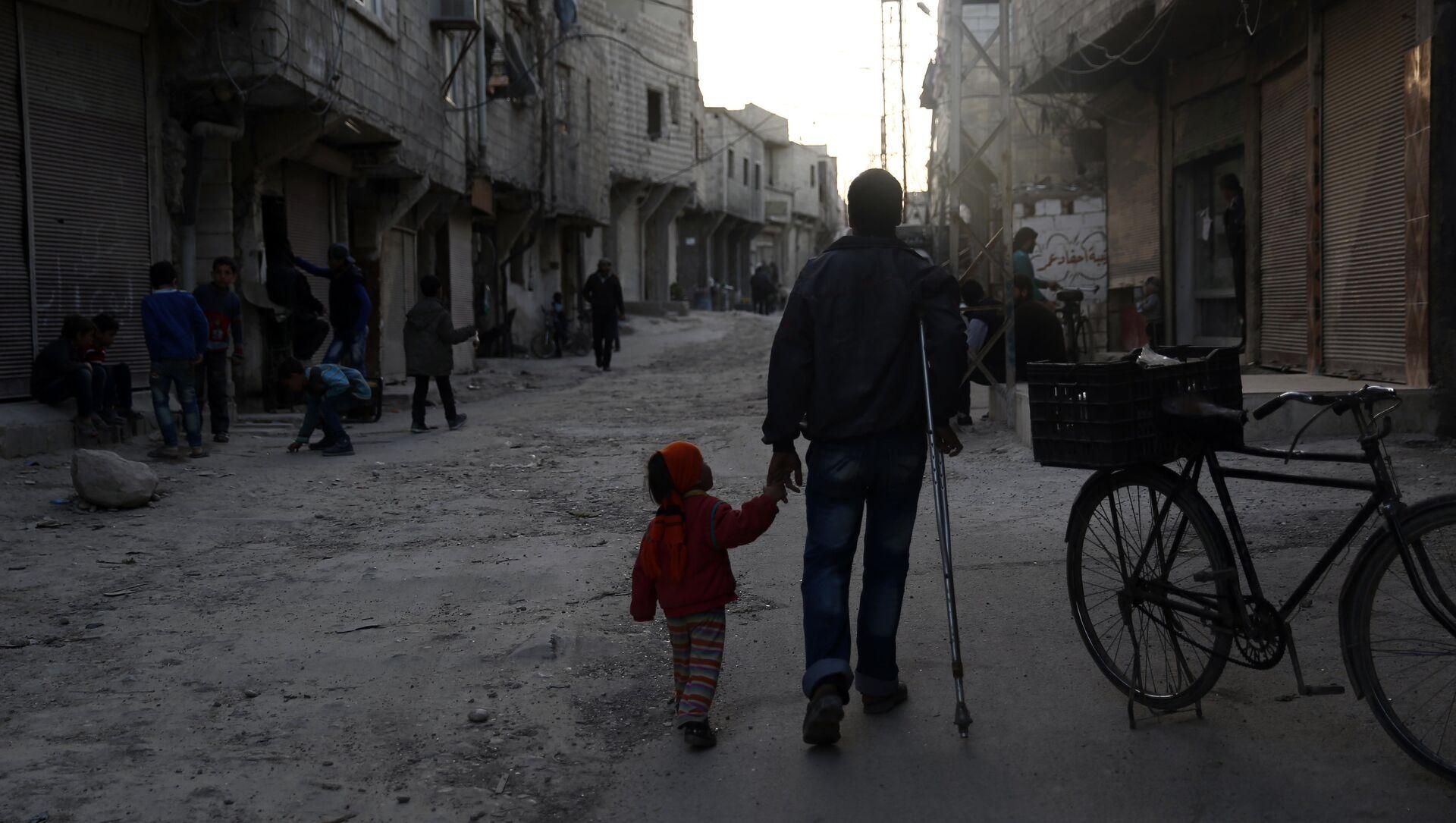 Otac i kćerka šetaju u Barzi, severnom predgrađu Damaska - Sputnik Srbija, 1920, 04.02.2021