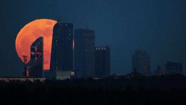 Пун месец над Москва ситијем - Sputnik Србија