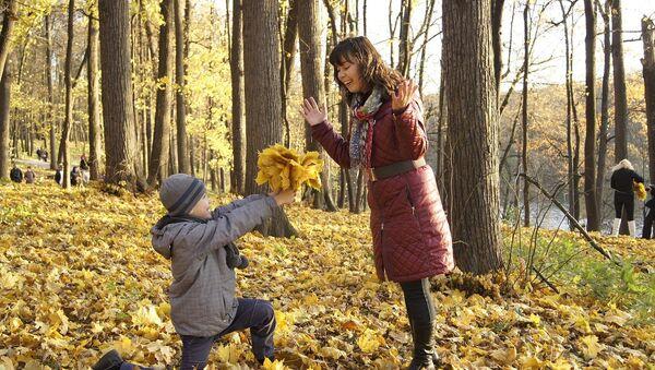 Мајка и дете у парку - Sputnik Србија