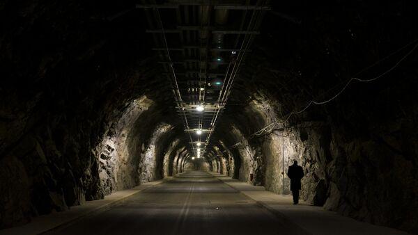 Osoblje Vojne vazdušne baze planinskog kompleksa Čajen ulazi u kompleks skoro 1,5 kilometar udaljen od blindiranih vrata i ulaska u objekat - Sputnik Srbija