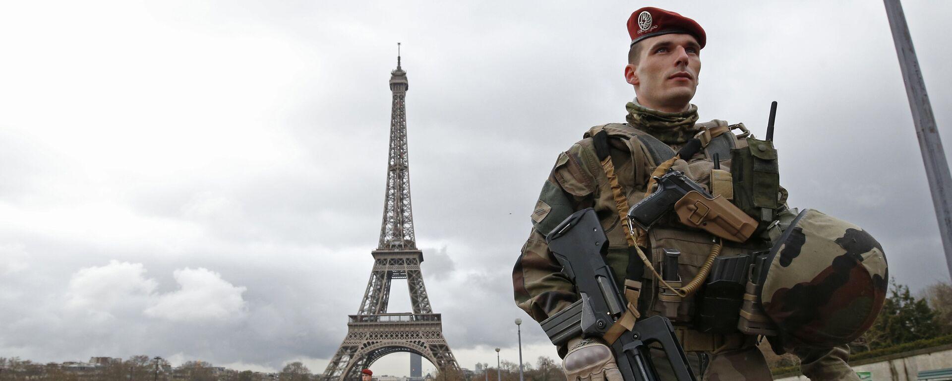 Francuski vojnici u patroli u blizini Ajfelovog tornja u Parizu - Sputnik Srbija, 1920, 07.10.2021