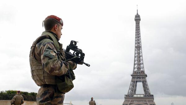 Француски војници у патроли у близини Ајфеловог торња у Паризу - Sputnik Србија