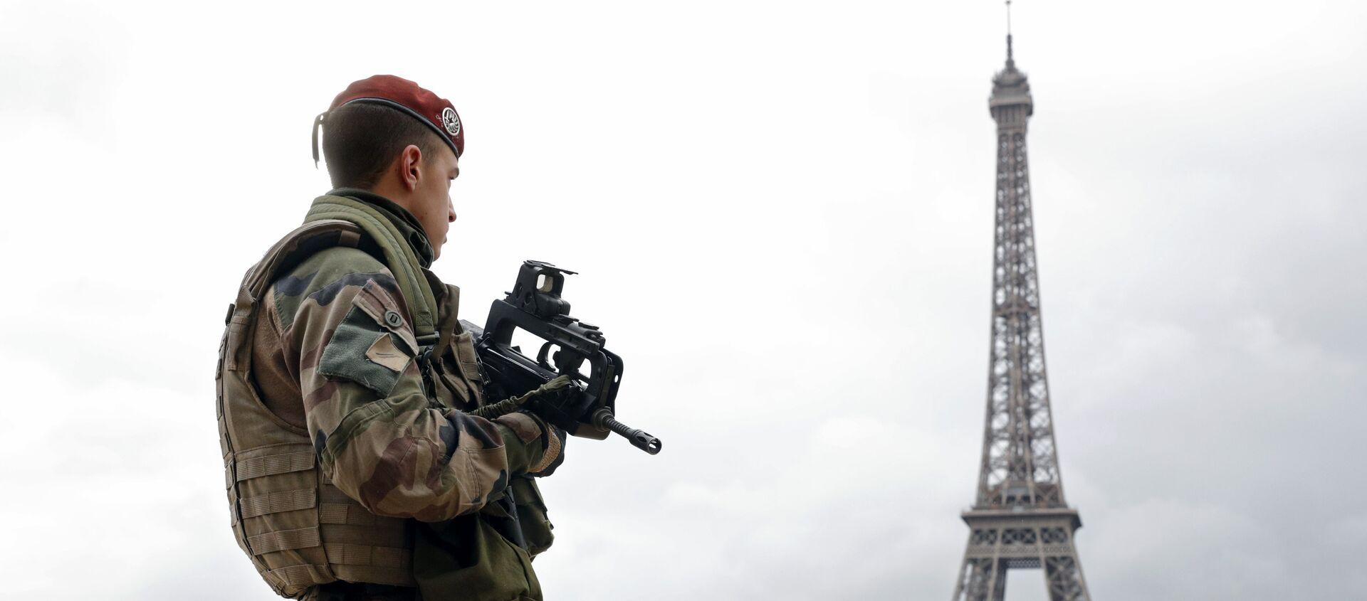 Француски војници у патроли у близини Ајфеловог торња у Паризу - Sputnik Србија, 1920, 28.04.2021
