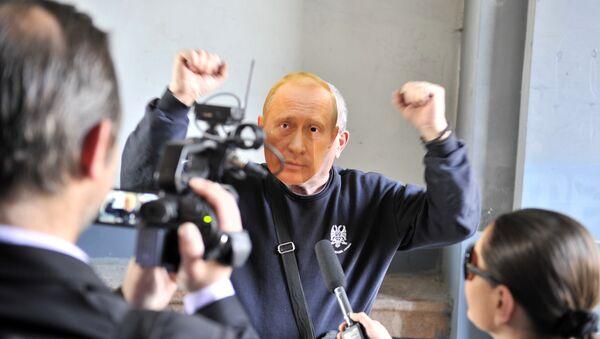 Pristalica SRS u Zemunu sa maskom Vladimira Putina na licu - Sputnik Srbija