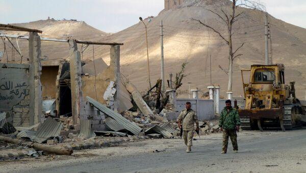 Sirijski vojnici šetaju po razrušenim ulicama stambenog dela Palmire. Sirijska armija je 27. marta uz podršku ruskih vazduhoplovnih snaga, potpuno oslobodila Palmiru, koja je bila pod okupacijom DAEŠ-a skoro godinu dana. - Sputnik Srbija