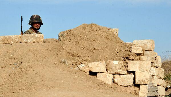 Јерменски војник самопроглашене републике Нагорно-Карабах поред рова на првој линији на граници са Азербејџаном, 25. октобра, 2012. године - АРХИВКСА ФОТОГРАФИЈА - Sputnik Србија