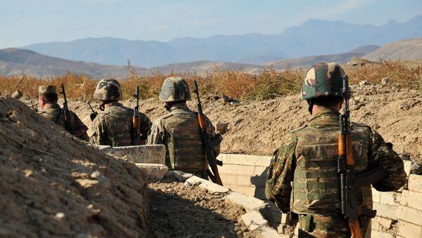 Јерменски војници самопроглашене републике Нагорно-Карабах поред ровова на првој линији на граници са Азербејџаном, 25. октобра, 2012. године - АРХИВКСА ФОТОГРАФИЈА - Sputnik Србија