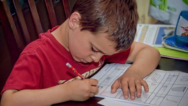 Дете ради домаћи задатак - Sputnik Србија