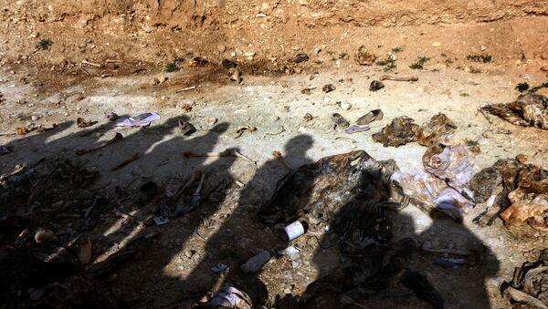 Припадници мањинске заједнице Јазиди у Ираку у потрази за несталим рођацима које су убили припадници ДАЕШ-а. Масовну гробницу откриле су курдске снаге у близини села Синуни на северозападу ирачке провинције Синџар. - Sputnik Србија