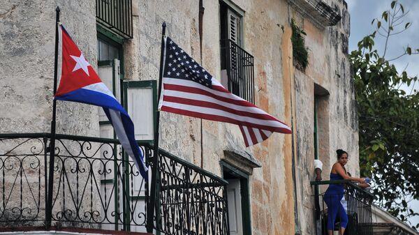 До пре неки дан незамисливо: заставе Кубе и САД  вијоре се у Хавани - Sputnik Србија