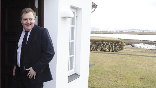 Islandski premijer Sigmundur David Gunlaugson ispred premijerske rezidencije u Rejkjaviku. - Sputnik Srbija