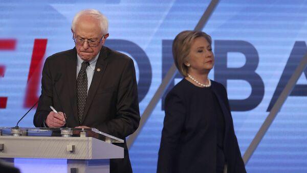 Демократски председнички кандидати САД сенатор Берни Сандерс и Хилари Клинтон - Sputnik Србија
