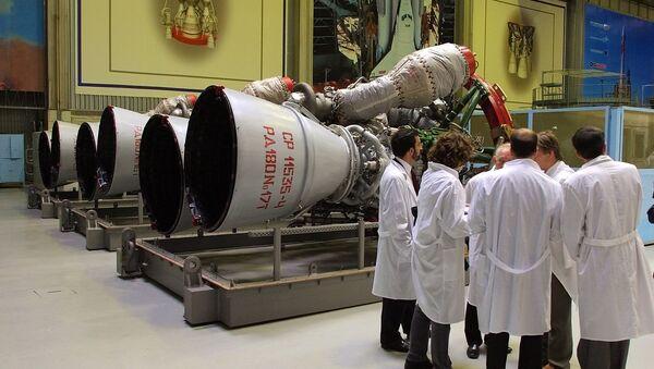 Радници стоје поред мотора РД-180 спремног за слање у САД у компанији Енергомаш у Москви. - Sputnik Србија