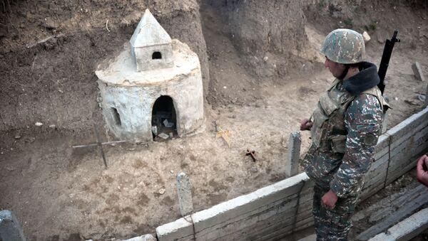 Војници карабашке армије у близини импровизоване цркве на линији разграничења у Нагорно-Карабаху - Sputnik Србија