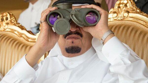 Kralj Salman od Saudijske Arabije sa dvogledom - Sputnik Srbija