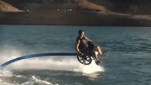 Vratolomije na vodi u invalidskim kolicima. - Sputnik Srbija