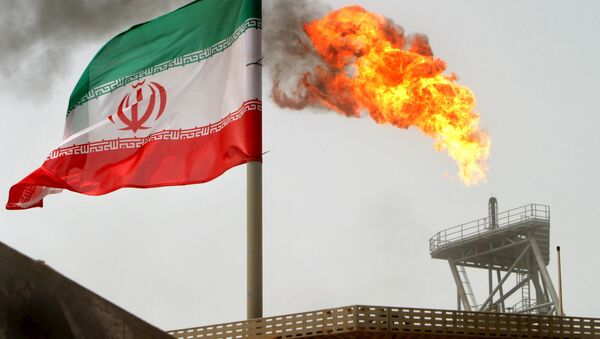 Iranska zastava se vijori pored  benzinske baklje  u Persijskom zalivu, na naftnoj palatformi Soruš - Sputnik Srbija