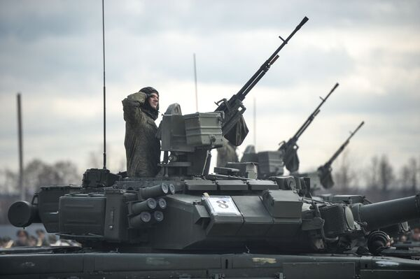 Tenkovi T-90A mehanizovane kolone Moskovskog garnizona Centralnog vojnog okruga tokom pripreme za vojnu paradu, posvećenu 71-oj godišnjici Pobede u Drugom svetskom ratu - Sputnik Srbija